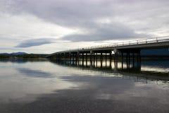 Brug die in meer in Tagish, Yukon, Canada nadenken Stock Afbeelding