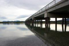 Brug die in meer in Tagish, Yukon, Canada nadenken Royalty-vrije Stock Foto
