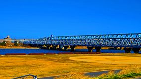 Brug die rivier in Tokyo Japan kruisen stock foto