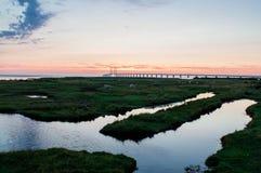 Brug door de zonsondergang met wolken Stock Foto