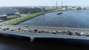 Brug door grote rivier met blauwe water en aakpullin omhoog in de grote stad stock videobeelden