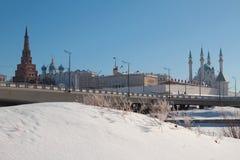Brug door rivier Kazanka en het Kremlin Kazan, Rusland Stock Foto's