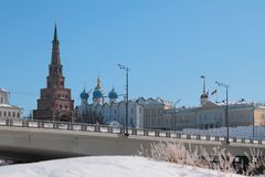 Brug door rivier Kazanka en Suyumbike-Toren Kazan, Rusland Royalty-vrije Stock Foto's