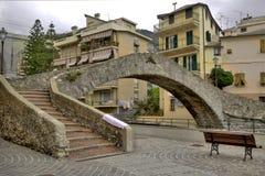 brug in een Ligurian kustdorp Stock Afbeeldingen