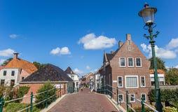 Brug en centrale straat in Winsum Stock Afbeeldingen