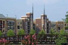 Brug en Flatgebouwen met koopflats Stock Afbeeldingen