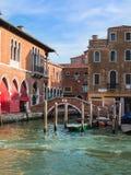 Brug en Historische de Bouwvoorgevel in Venetië, Italië Stock Afbeeldingen