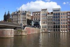 Brug en Nederlandse gebouwen op kanaal van Amsterdam, Nederland Stock Afbeelding