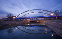 Brug en rivier bij nacht Royalty-vrije Stock Afbeelding