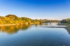Brug en rivier de herfstlandschap Stock Foto