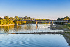 Brug en rivier de herfstlandschap Royalty-vrije Stock Afbeelding