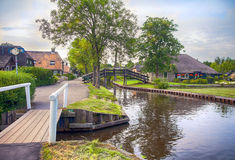 Brug en rivier in oud Nederlands dorp, Giethoorn Stock Fotografie
