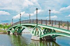 Brug en rivier in Tsaritsino Park, Moskou Stock Afbeelding