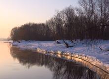 Brug en transmissie de torens worden weerspiegeld in de rivier stock fotografie