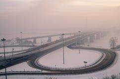 Brug en wegverbinding in de wintermist Rusland Stock Fotografie