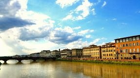 Brug in Florence langs Arno River Stock Afbeelding