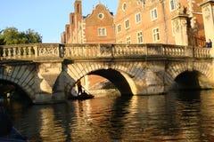 Brug, Gebouwen en Rivier in Cambridge Stock Foto