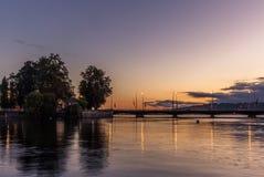 Brug in Genève die in het meer bij zonsopgang nadenken Royalty-vrije Stock Afbeelding