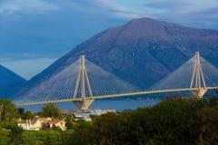 Brug in Griekenland, bergen op de achtergrond royalty-vrije stock afbeelding
