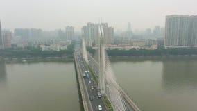 Brug in Guangzhou, Autoverkeer en Cityscape Guangdong, China Lucht Mening stock videobeelden