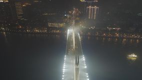Brug in Guangzhou-Stad, Autoverkeer bij Nacht Guangdong, China Lucht Mening stock footage