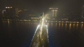 Brug in Guangzhou-Stad, Autoverkeer bij Nacht Guangdong, China Lucht Mening stock videobeelden