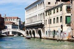 Brug in het Kanaal Grande van Venetië - Grand Canal - stock foto