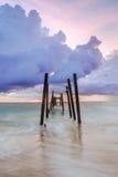 Brug in het kaopilay strand bij zonsondergang Royalty-vrije Stock Afbeeldingen
