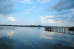 Brug in het meer Stock Afbeeldingen