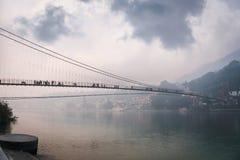 brug Lakshman Jhula over de rivier Ganges in de stad van rishies, stock foto