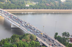 Brug met auto's op de rivier van de Parel royalty-vrije stock foto