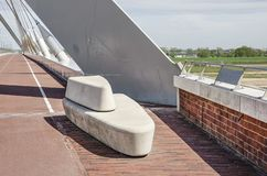 Brug met concrete bank en mmorial tablet stock foto's