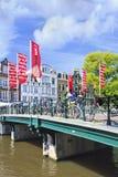 Brug met fietsen en vlaggen in Amsterdam Royalty-vrije Stock Fotografie