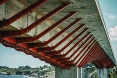 Brug met rode en witte bouw in Ribadeo, Spanje stock fotografie