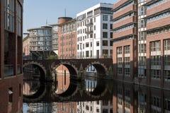 Brug met ronde binnen bezinning over een vloot, een typische waterweg royalty-vrije stock fotografie