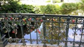 Brug met sloten over een rivier stock foto