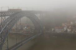 Brug met trein in de mist Royalty-vrije Stock Afbeelding