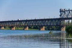 Brug met verkeer over de Dnieper-rivier in Kremenchug royalty-vrije stock fotografie
