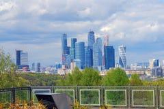 Brug in Moskou Blauwe hemelachtergrond Stock Foto's
