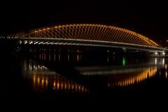 Brug in nachtstad Praag stock foto's