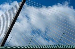 Brug in Normandië, Frankrijk, brugdetails, lijnen, brugfragment met achtergrond van de wolken de blauwe hemel, architecturale arch Stock Afbeeldingen