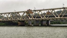Brug op de Parfumrivier, Tint, Vietnam, van reisboot die wordt gefotografeerd royalty-vrije stock foto's