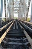 Brug op de spoorwegsporen en de industriële grijze steen Royalty-vrije Stock Fotografie