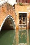 Brug op een waterkanaal in Venetië, Italië Royalty-vrije Stock Afbeelding