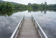 Brug op het meer stock afbeelding