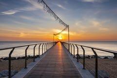 Brug op het strand bij zonsopgang royalty-vrije stock fotografie