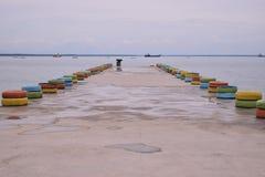 Brug op het strand en boot op het strand stock fotografie
