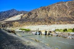Brug op Indus-Rivier in Chillas langs Karakoram-Weg stock fotografie