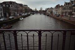 Brug op van het de Stads de Donkerrode Water van Haarlem van het Kanaalauto's Oude Algemene Vergadering Royalty-vrije Stock Foto's
