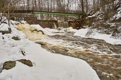 Brug, oude dam en waterval stock afbeeldingen